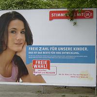 »Freie Zahl für unsere Kinder«: Ergänztes »Pro Reli«-Plakat mit Mariella Ahrens im April 2009