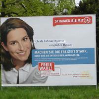»Ich als Zahnarztgattin…«: Ergänztes »Pro Reli«-Plakat mit Tita von Hardenberg im April 2009