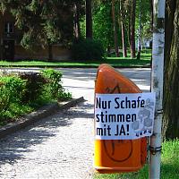 »Nur Schafe stimmen mit JA!« vor einem Wahllokal in Grunewald am 26. April 2009