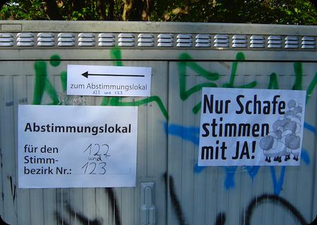 »Nur Schafe stimmen mit JA!« vor zwei Wahllokalen in Schlachtensee am 26. April 2009